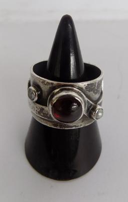 Silver handmade ring with garnet & pearls, approx. size O